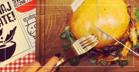 Burger zdrowa krowa na drewnianej desce do krojenia - Zdrowa Krowa
