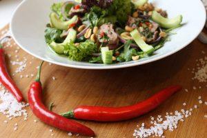 Sałatka awokado i papryczki chilli - Zdrowa Krowa
