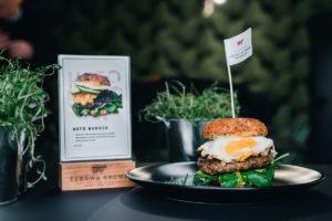 Burger z jajkiem i mięsem - Zdrowa Krowa